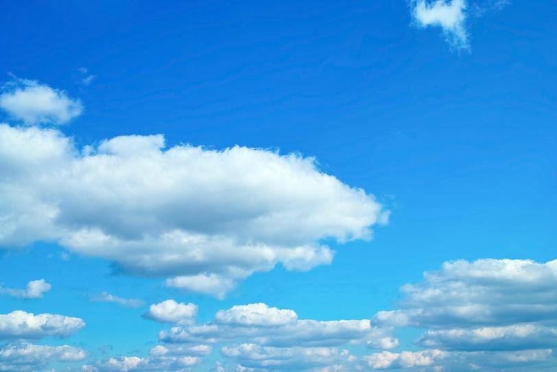 青空の下に並ぶ扁平積雲の写真画像