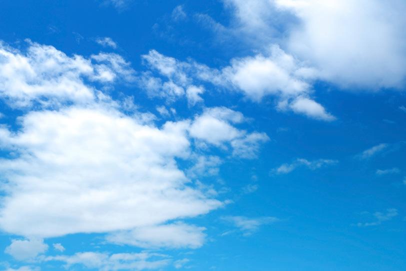 青空に掛かる断片雲の写真画像