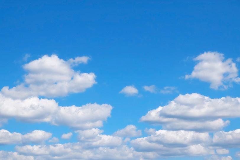 重なる雲の上の透き通った青空の写真画像