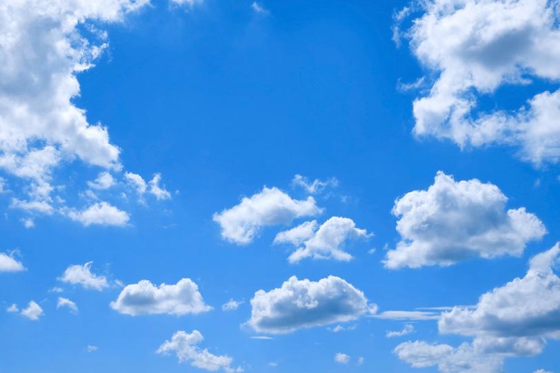 青空と光を浴びて浮遊する綿雲の写真画像