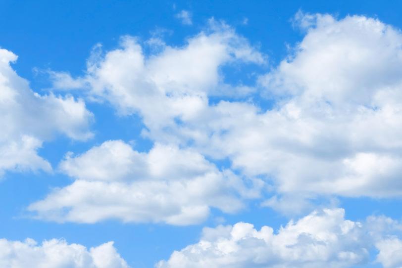 白い並雲が寄り添う青空の写真画像