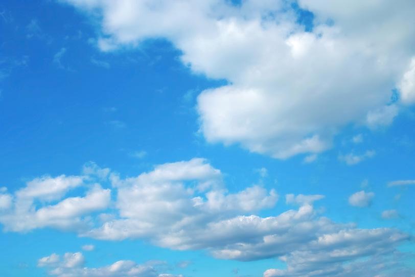 青空と連ねる扁平積雲の写真画像