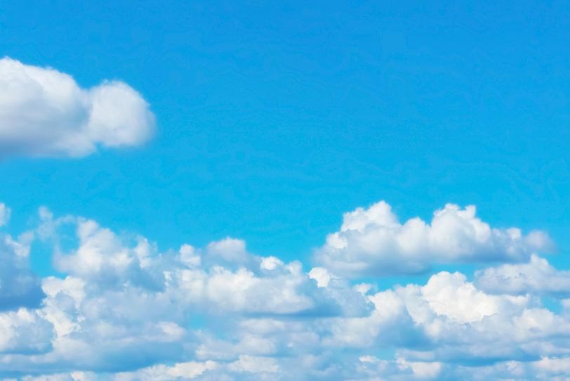 明澄な青空を長閑に流れる雲の写真画像