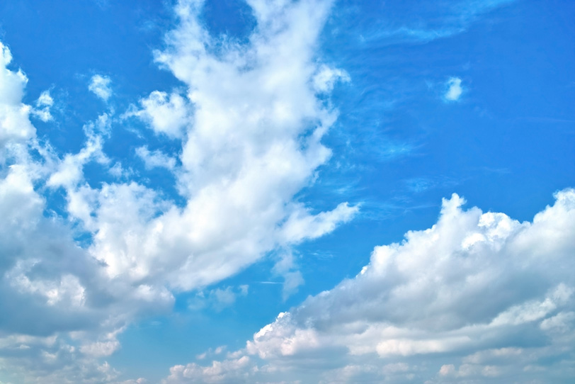 群雲が割れて広がる青空の写真画像