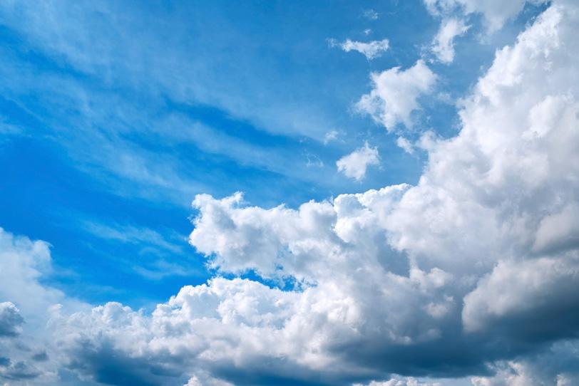 青空に群となって押し寄せる積雲の写真画像