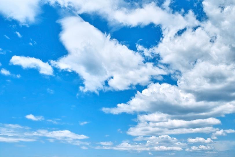 青空に遥かまで繋がる雲の写真画像