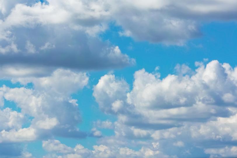 叢る並積雲と青空の写真画像