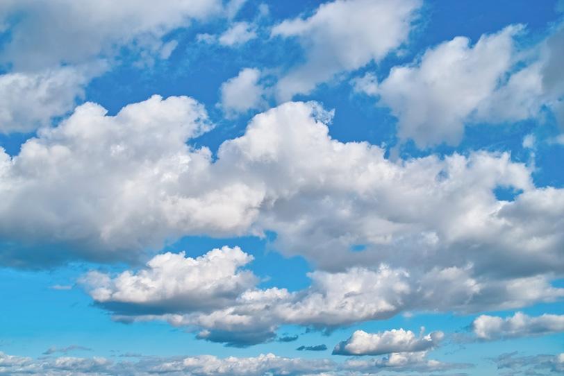 青空に広がる並雲と断片雲の写真画像