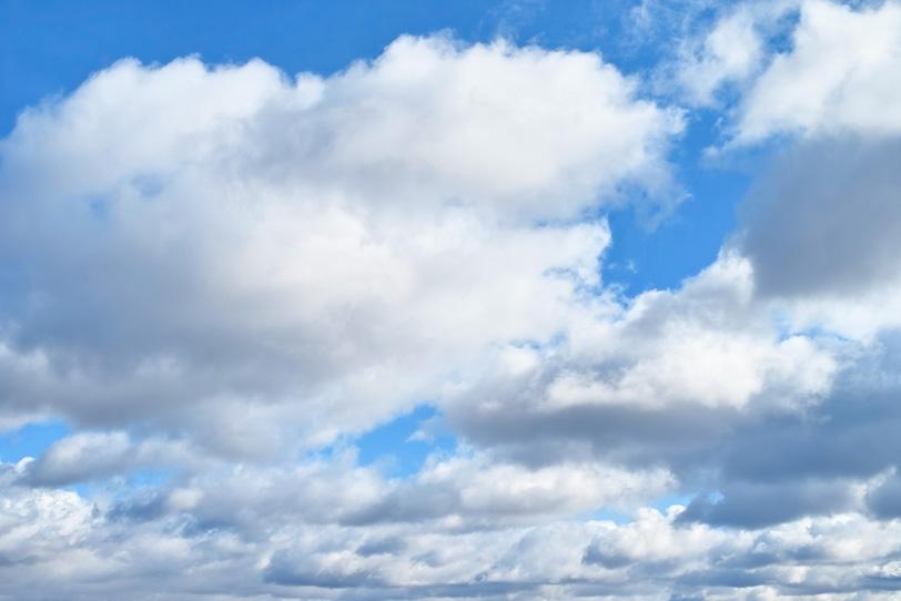 青空の下に犇めき合う雲の写真画像