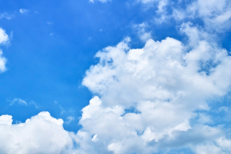 青空に湧く真っ白な並積雲の写真画像