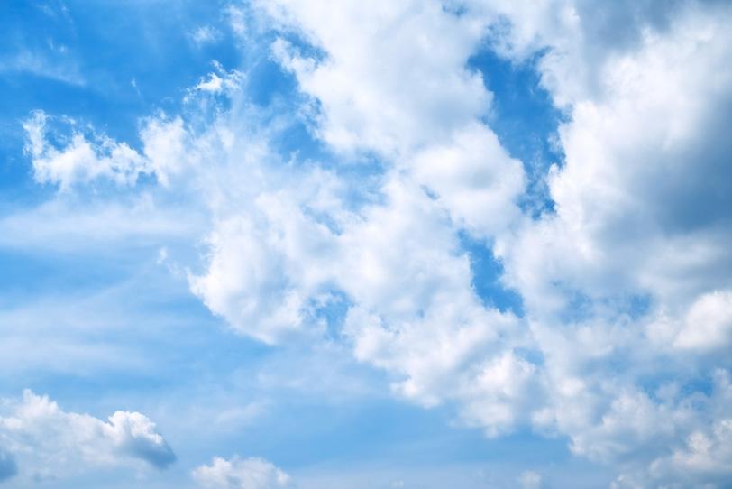 青空を登る噴煙のような雲の写真画像