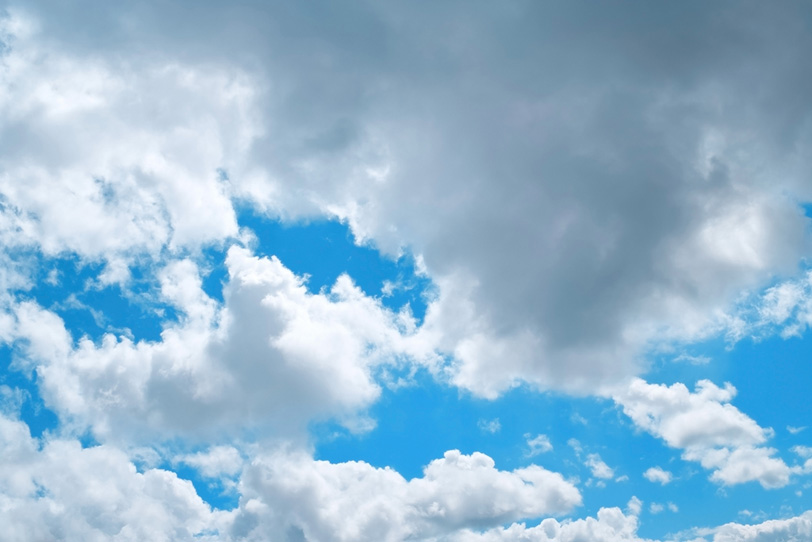青空を遮る大きな並積雲の写真画像