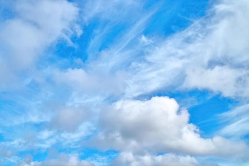 巻雲と積雲が浮かぶ青空の写真画像