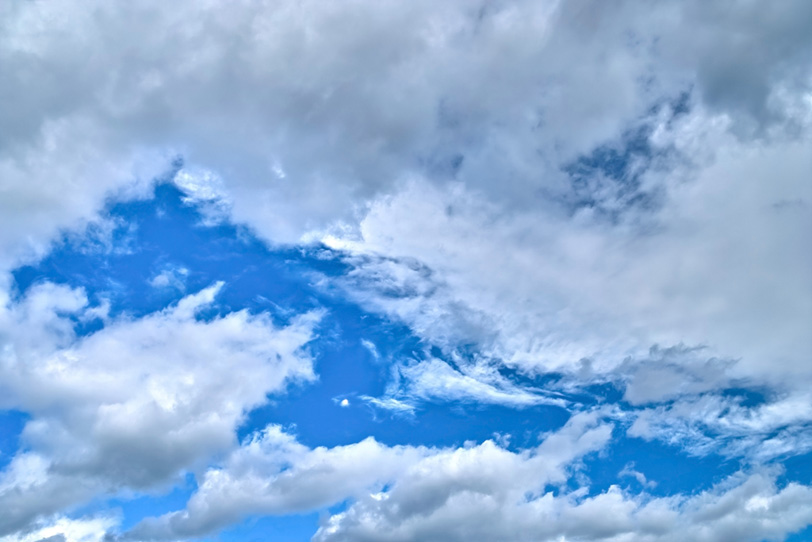 灰色の雲に覆われる青空の写真画像