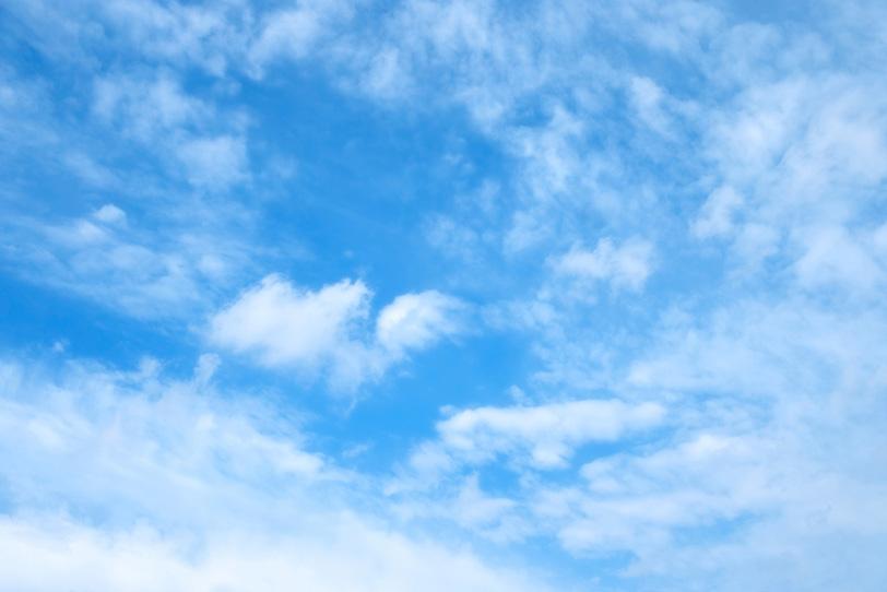 青空に立ち籠める薄い雲の写真画像