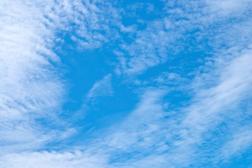 青空に張る房状巻雲の写真画像