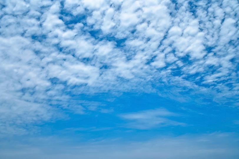 上空に高積雲が広がる青空の写真画像