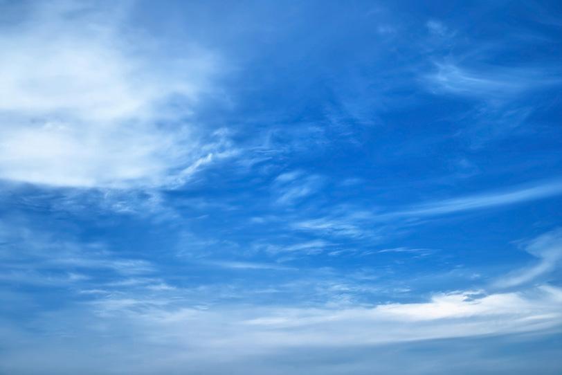 青空に白い筋を描く雲の写真画像