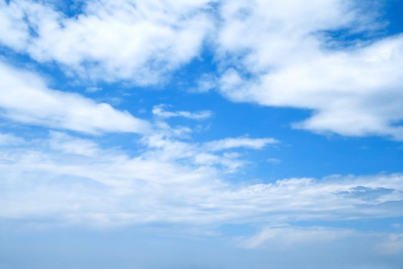 青空と神々しい雲の平原の写真画像