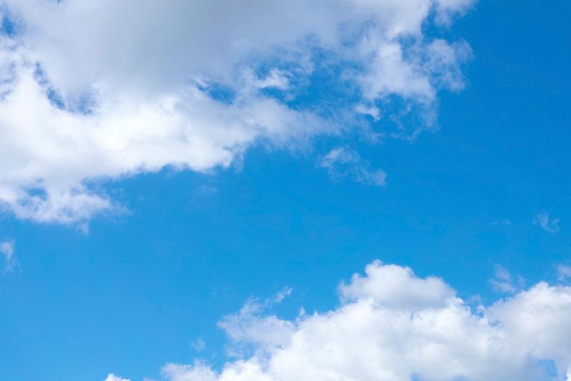 雲に挟まれる透徹した青空の写真画像