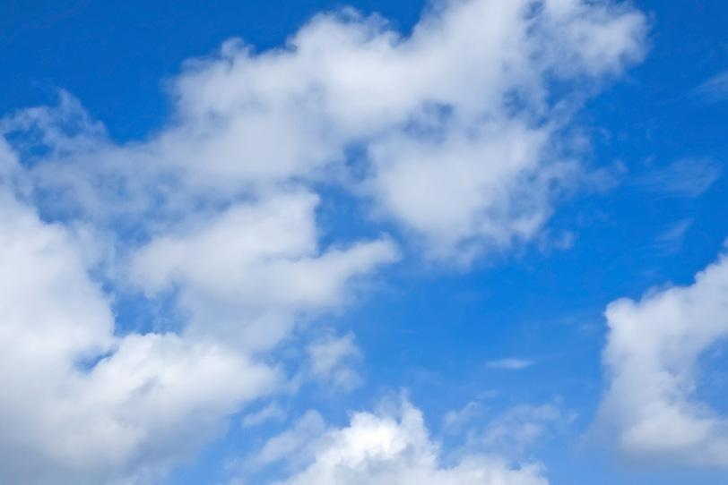 青空と綿のように千切れていく雲の写真画像