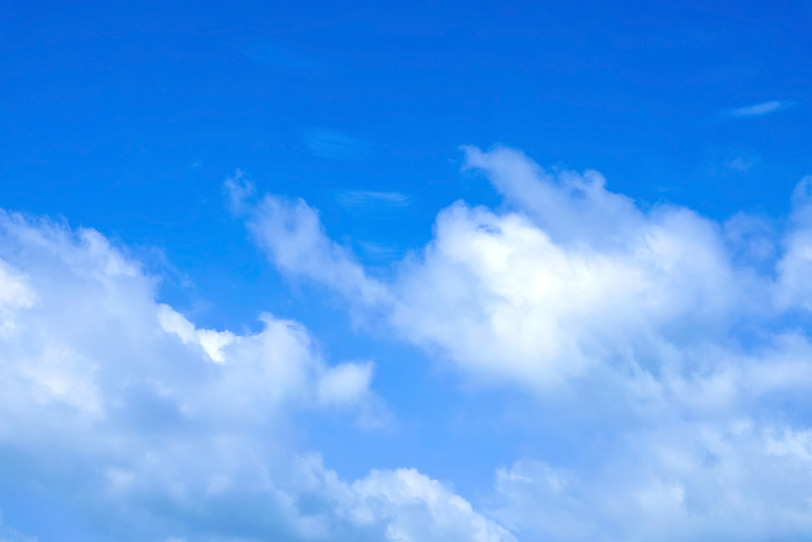 清爽な雲が湧き上る青空の写真画像