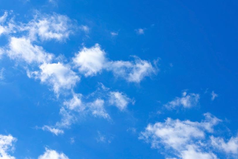 青空に浮かぶ疎らな雲の写真画像