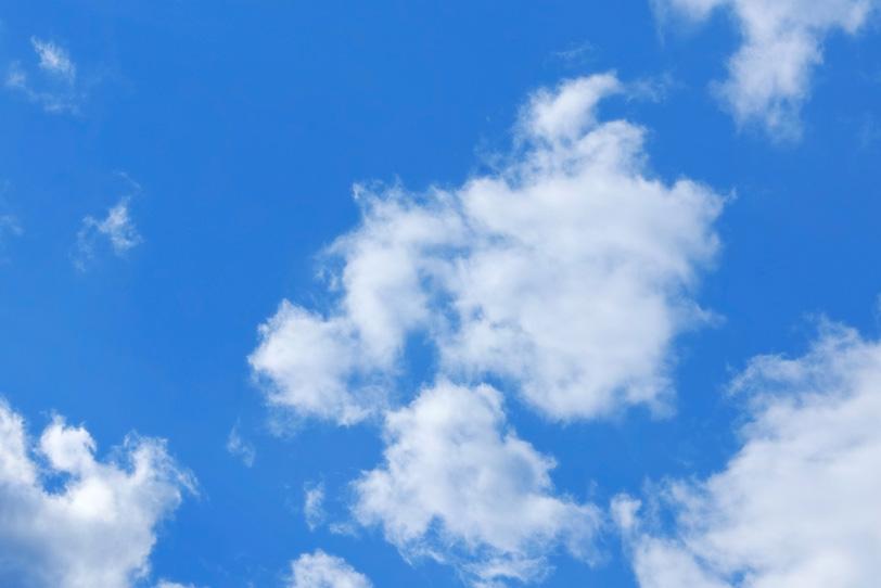 青空に千切れて舞う雲の写真画像
