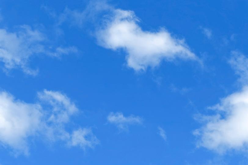 青空に染み込む白い雲の写真画像