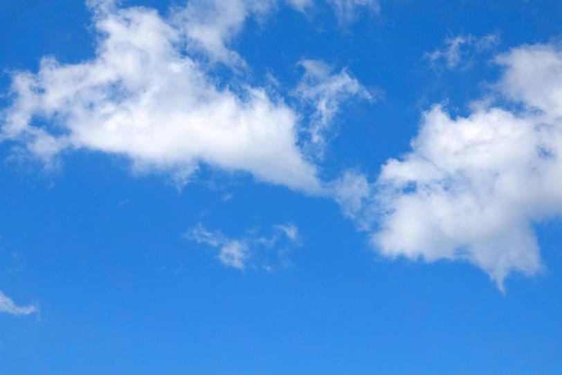 白い雲がバラける様に浮かぶ青空の写真画像
