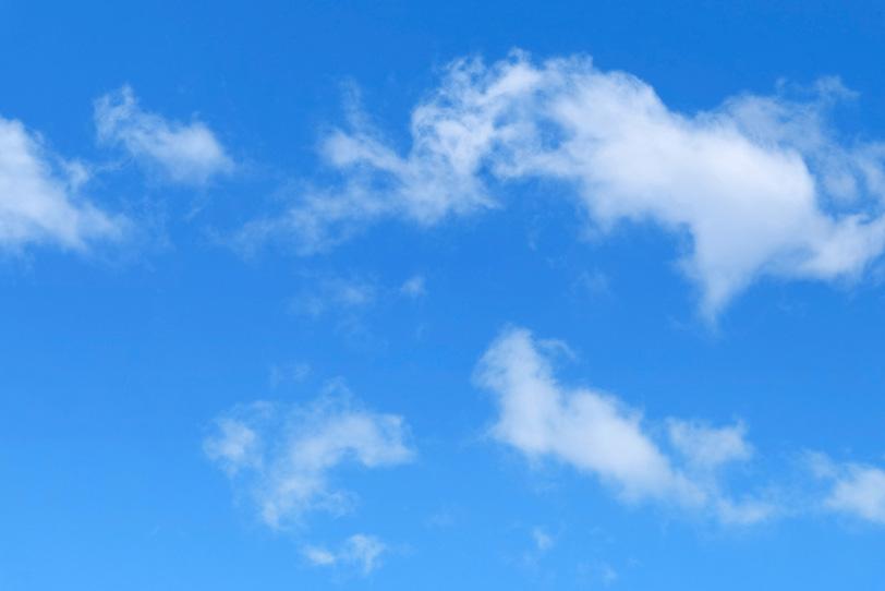 青空を彷徨うように漂う断片雲の写真画像