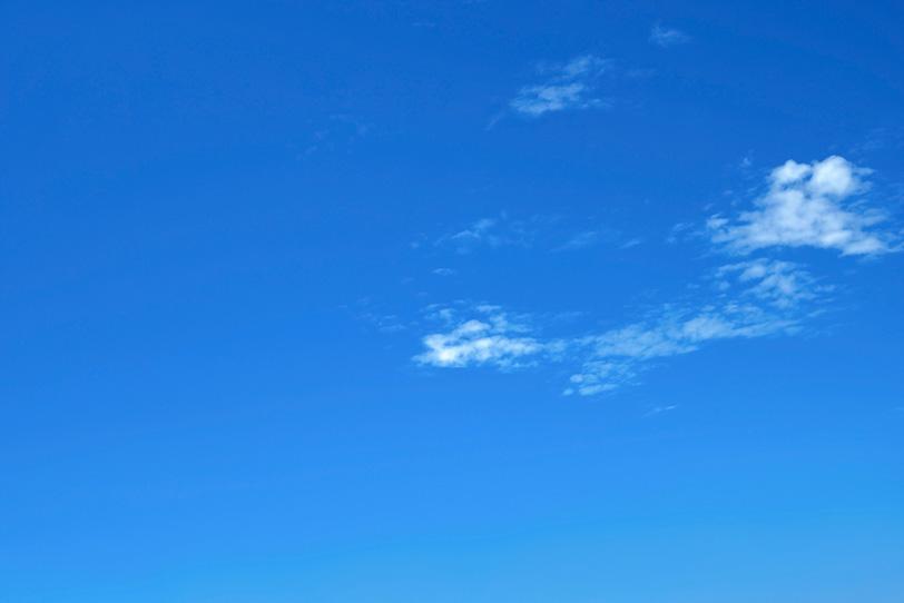 青空に朧げに残る白い雲の写真画像