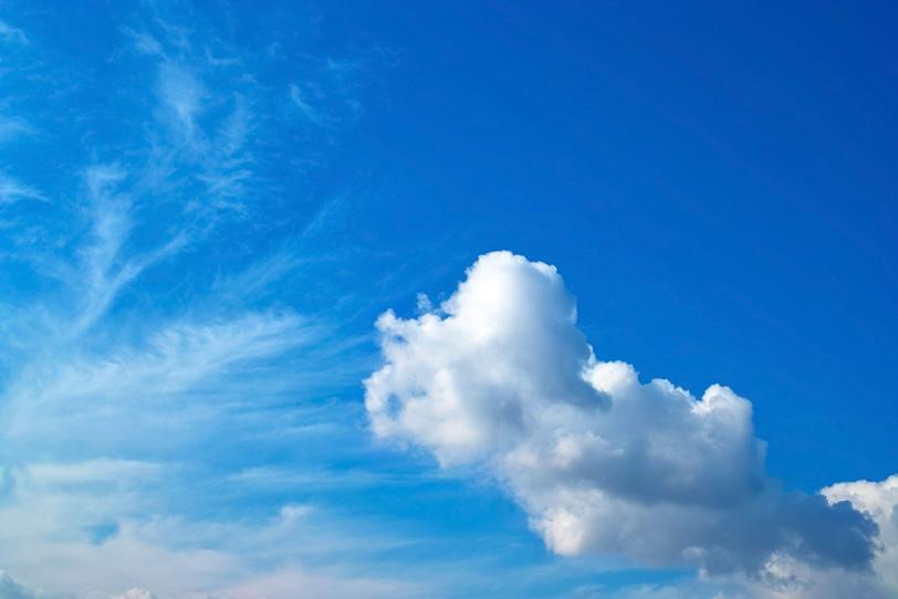 積雲と巻雲が重なる青空の写真画像