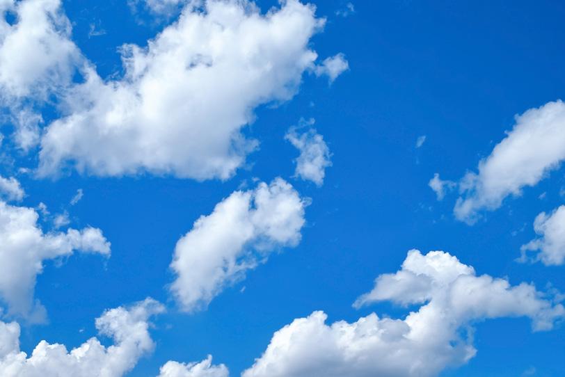 濃い青空に浮き立つ白小雲の写真画像