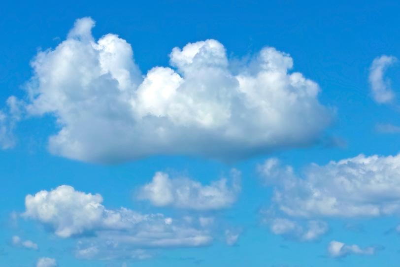 青空を堂々と行進する並雲の写真画像