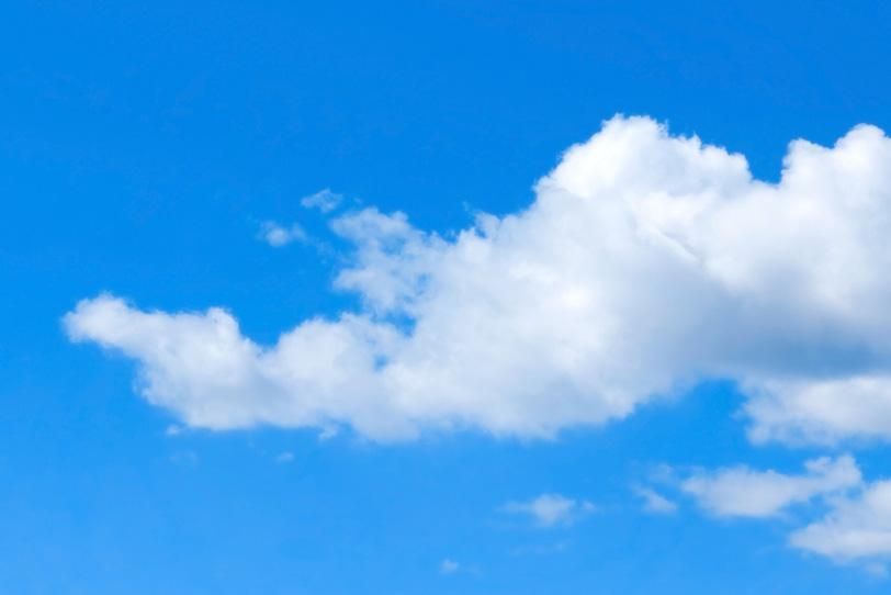 青空と横に伸びる白い雲の写真画像