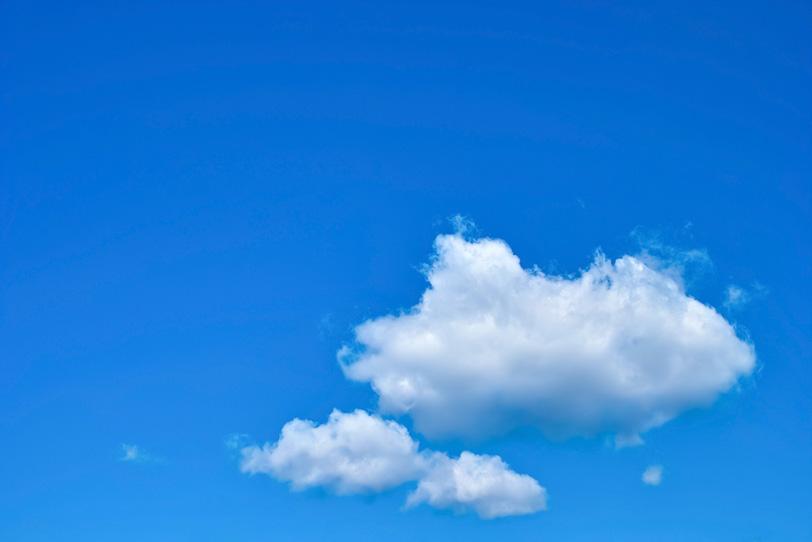 広い青空を浮標する三つの綿雲の写真画像