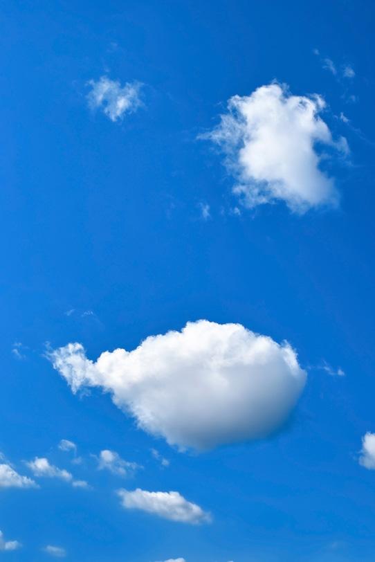まんまるに太った雲と青空の写真画像