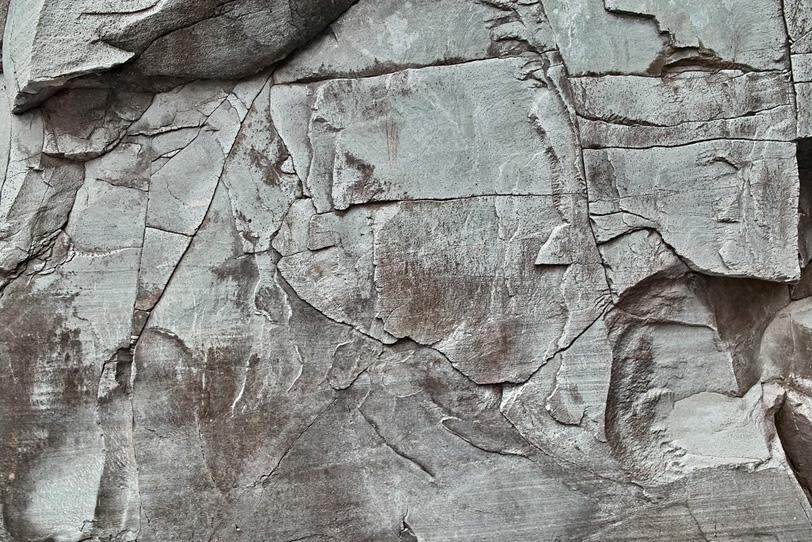 直線的な切れ目の岩の写真画像