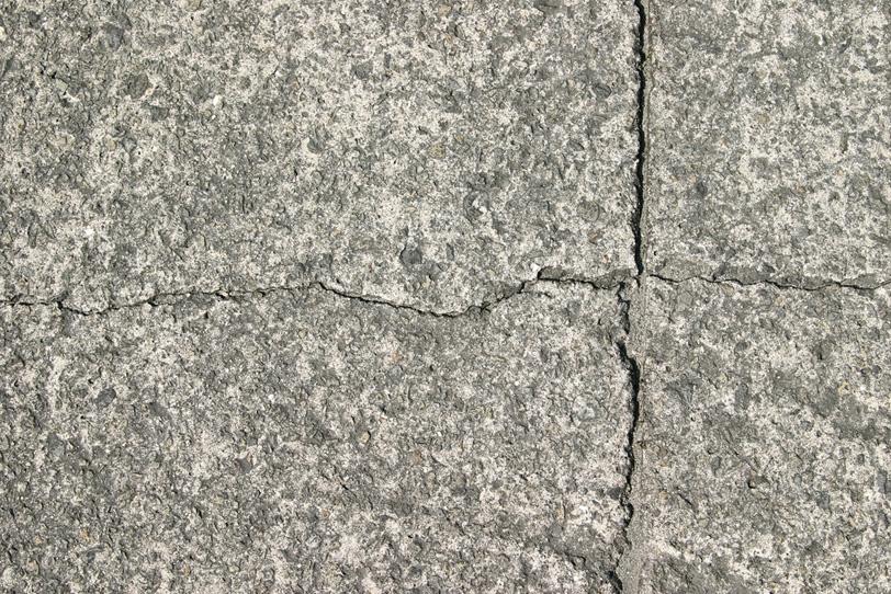 十字にひび割れた石の表面の写真画像