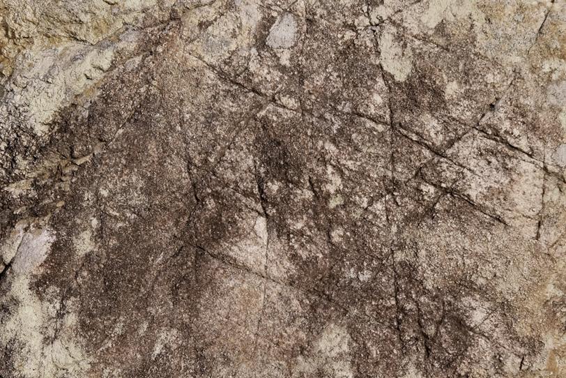 人工的な傷のある岩肌の写真画像