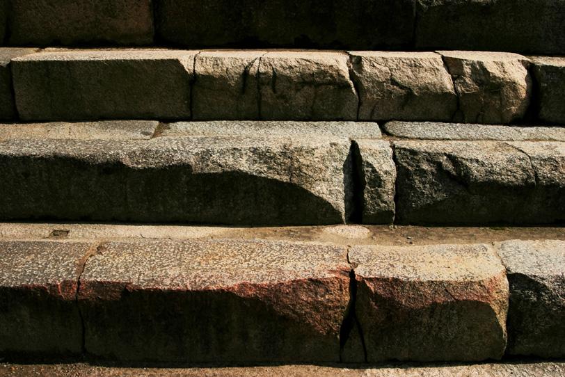 大きな石で作られた石段の写真画像