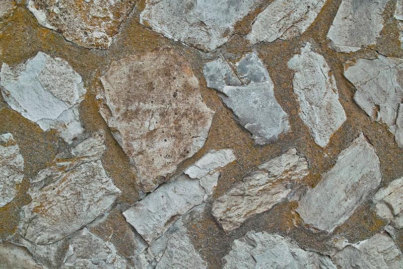 色々な石をはめ込んだ壁面の写真画像