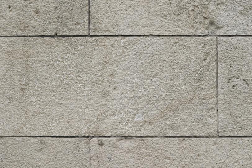 細い溝の汚れた白い石壁の写真画像