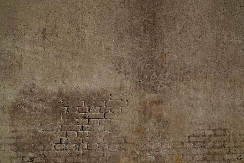 崩れ落ちた壁から見える古レンガの写真画像