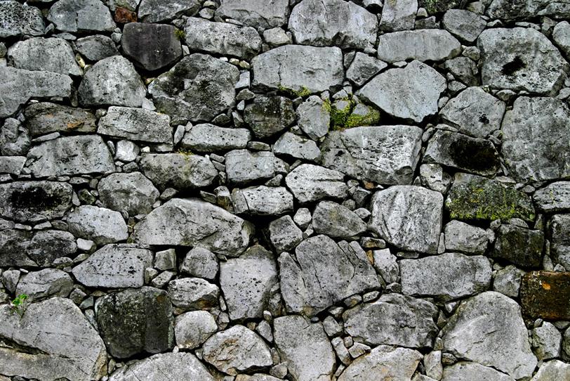 大小の石を無数に積み上げた堀の写真画像