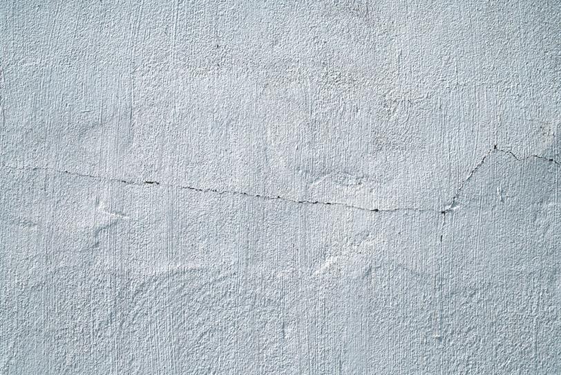 ヒビの入った白い壁の写真画像