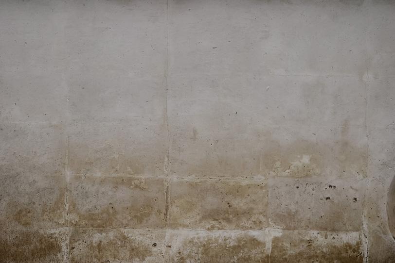 ブロック塀の上から薄く塗ったセメントの写真画像
