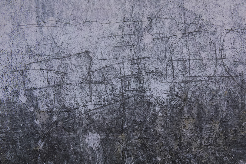 傷とヒビが入ったモルタルの壁の写真画像