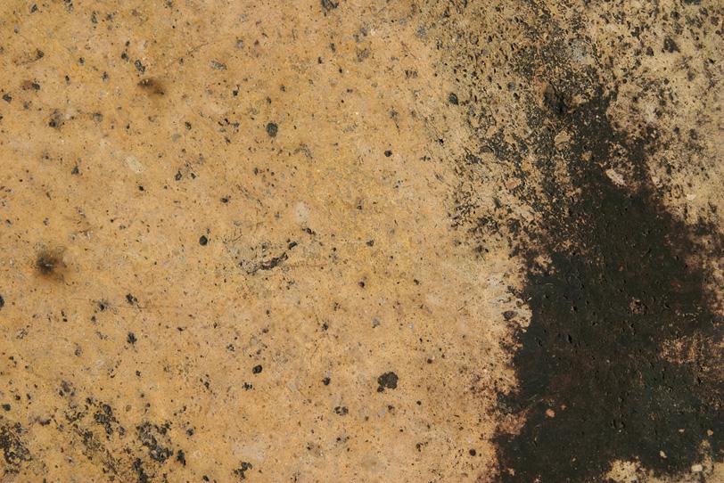 小さな穴が沢山空いた茶色い石の写真画像